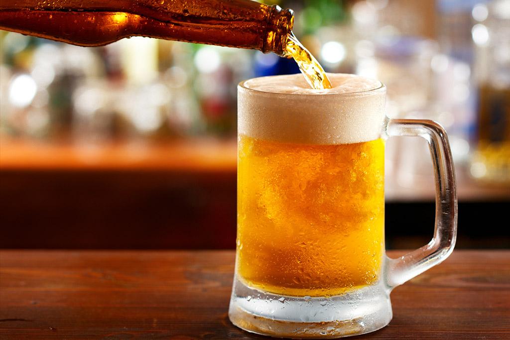 Tloustne se po pivu? Německé pivovary začnou na etiketách uvádět množství kalorií