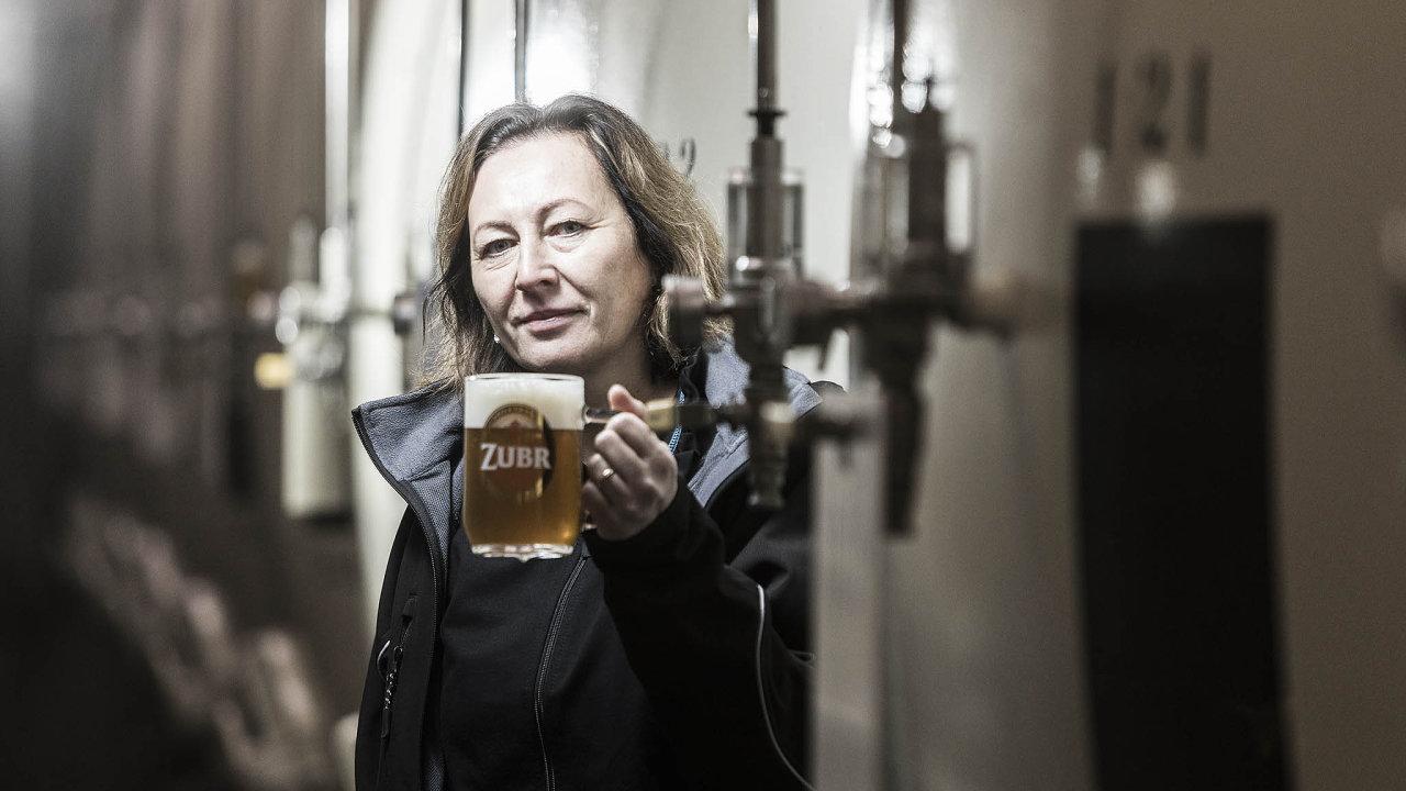 Tady vaří pivo žena: V Zubru mají sládkovou, je jedinou ženou ve velkém pivovaru. Původně chtěla vyrábět parfémy