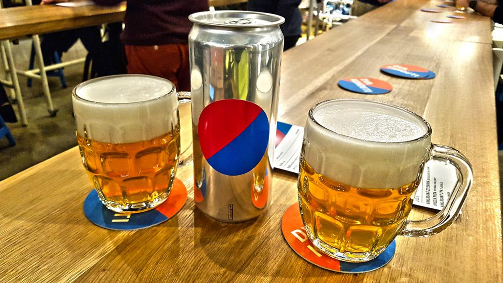 Je libo plechovkáče na počkání, v pivovaru DVA KOHOUTI v pražském Karlíně žádný problém