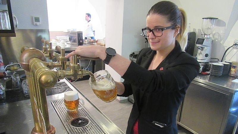 Učitelka radí, jak čepovat pivo, brigáda v restauraci Vám může změnit život