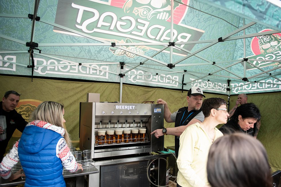 Až 30 piv za minutu. Radegast začal testovat výčepní automat Beerjet na Baníku