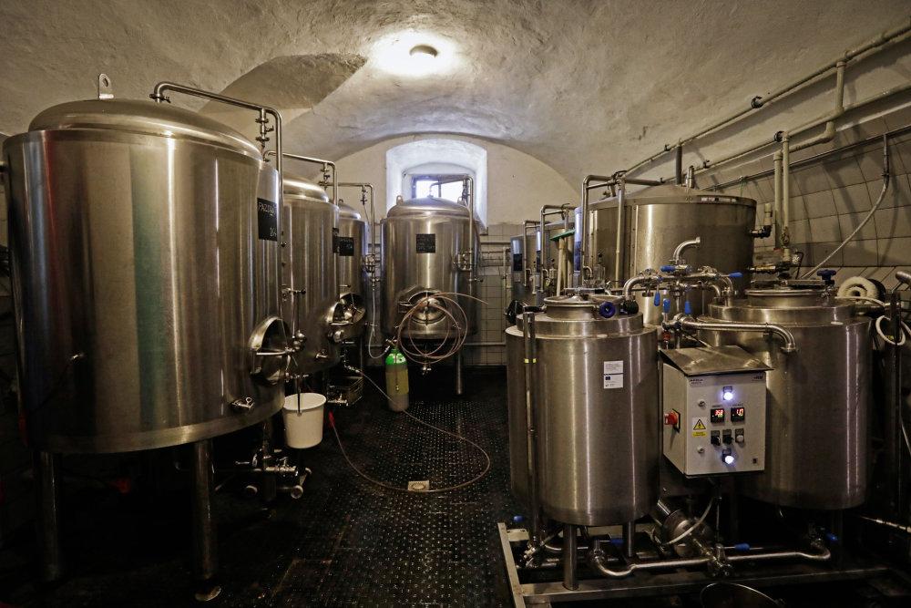 Nadšenci v Chříči obnovili historický pivovar. Zaměstnávají v něm handicapované a ve vesnici založili i školu