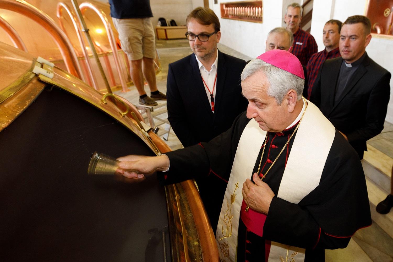 Mons. Vlastimil Kročil, biskup českobudějovický, dnes požehnal zvláštní várku světlého ležáku pivovaru Budějovický Budvar