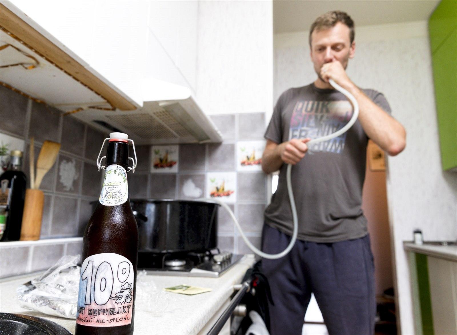 Pivo si vaří v paneláku a královsky se baví. Domácích vařičů přibývá