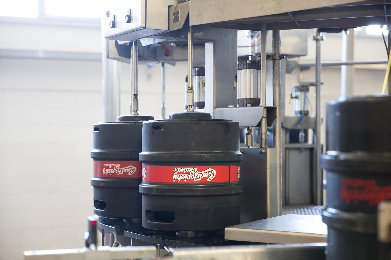 Budvar zastavil kvůli koronaviru linku na stáčení piva do sudů