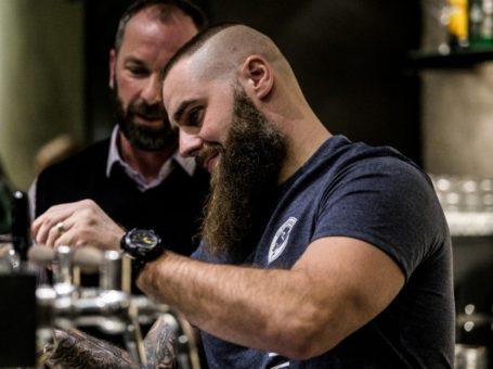 Jan Vytisk cepuje pivo Radegast