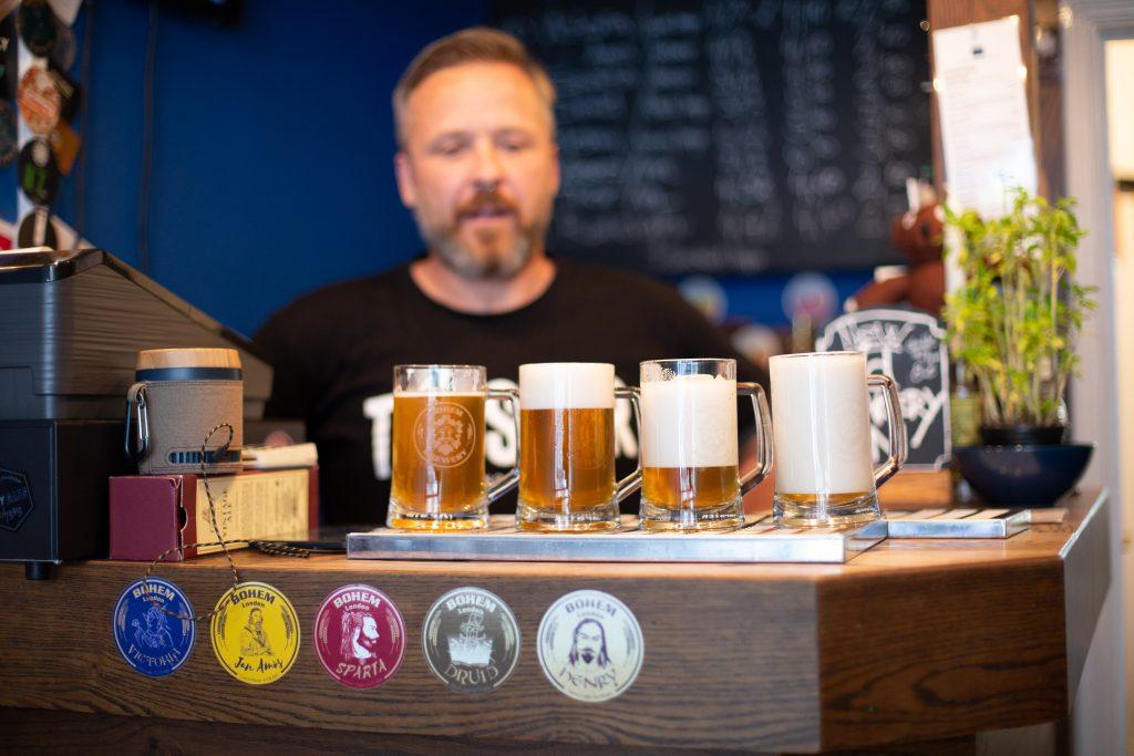 Chtějí naučit Brity pít pivo s pěnou. Nejlepším novým pivovarem roku se stal londýnský Bohem