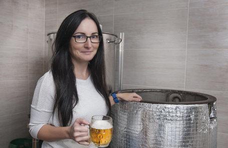 pivovari-pivovary-novinky-realitni-maklerka-zdenka-lukaskova-41-ma-neobvykly-konicek-doma-vari-pivo