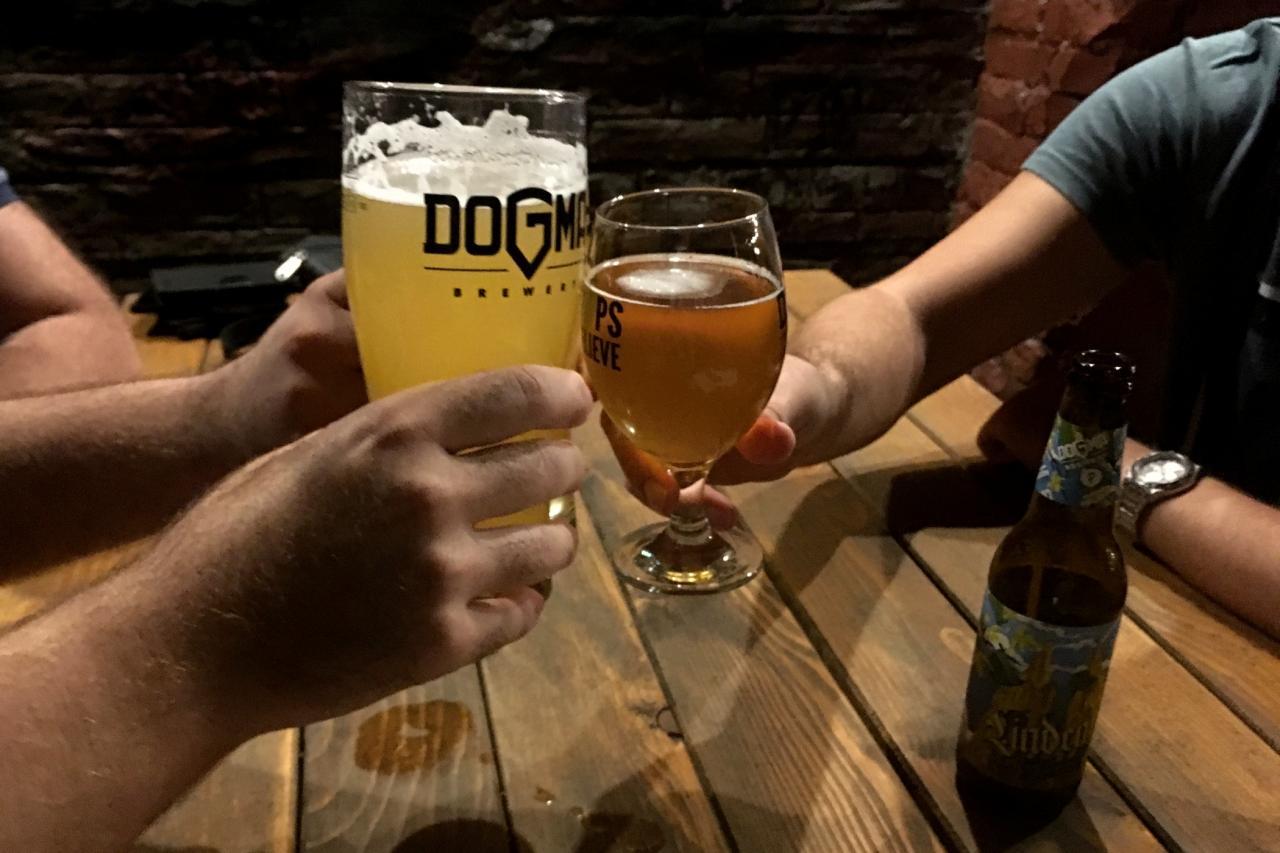 Chmelová chobotnice, albín nebo černá kráva. V bělehradském minipivovaru Dogma mají piva nejen zvláštní chuť, ale i názvy