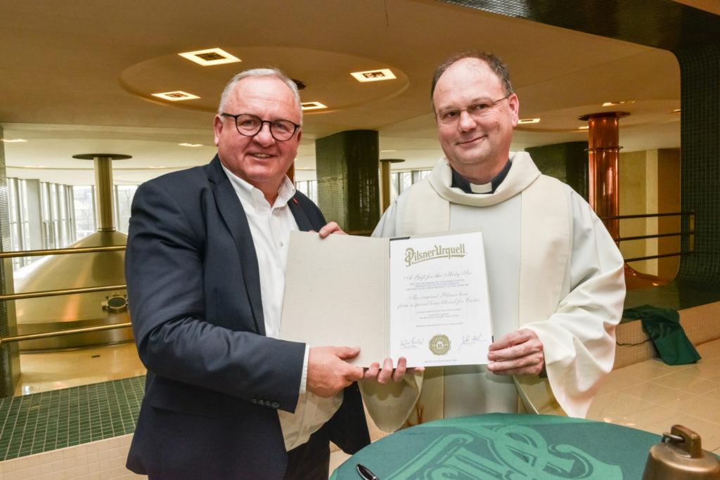 Plzeňský generální vikář požehnal jubilejní desáté velikonoční várce Pilsner Urquell pro papeže