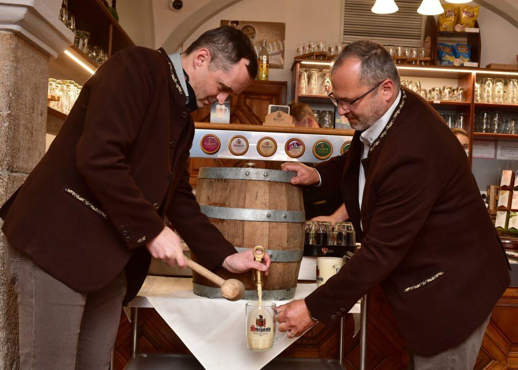 Ředitel pivovaru Roman Havlík a sládek Petr Menšík narážejí první sud Svátečního ležáku
