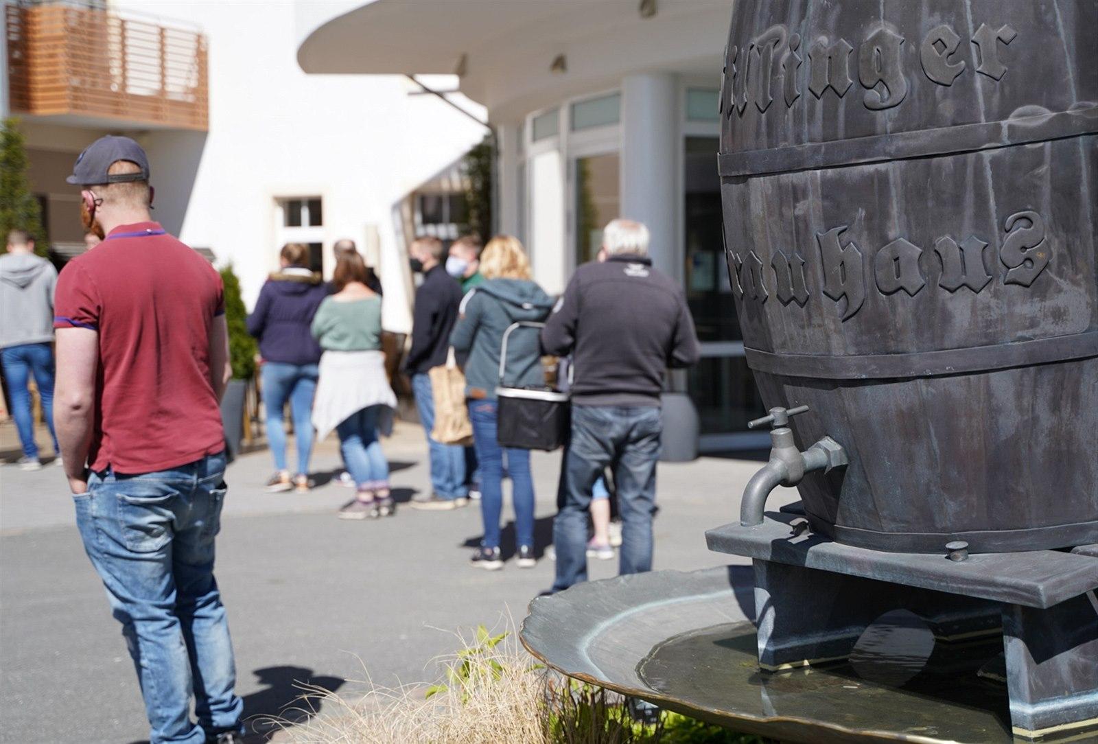Hesenský pivovar se rozhodl rozdat zásoby piva, lidé měli mimořádný zájem