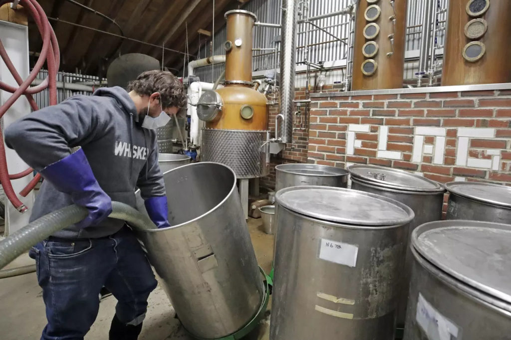 pivovari-pivovary-novinky-zachran-pivo-po-americku-ze-vetraku-vyrabi-koronavirovou-whisky