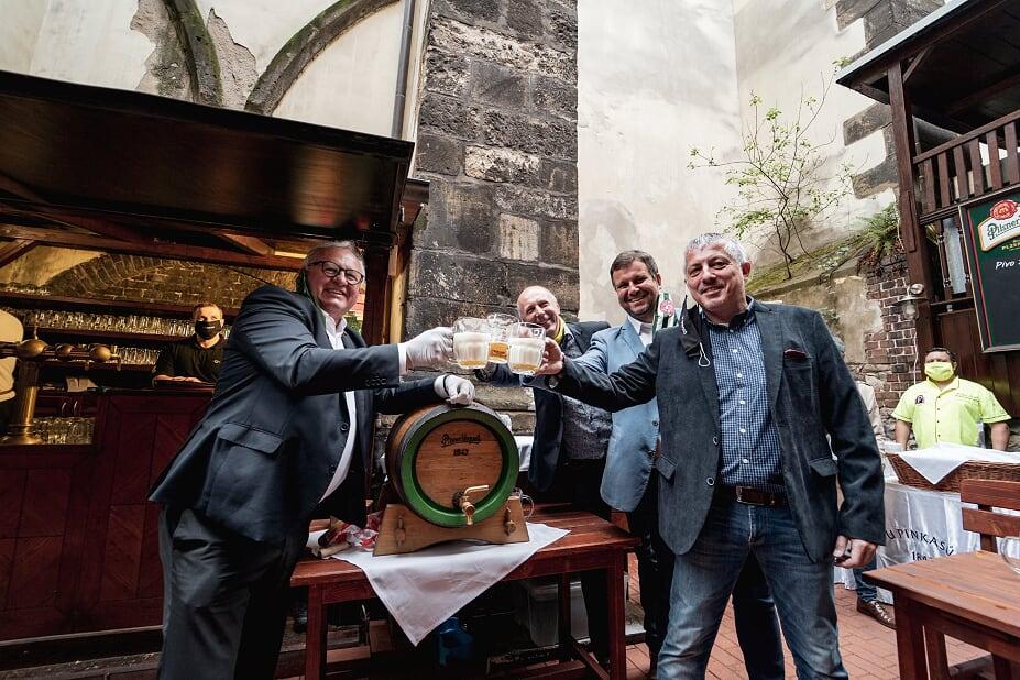 pivovari-pivovary-novinky-zahradky-otevreny-u-pinkasu-privitali-stamgasty-plzenskym-pivem-zdarma