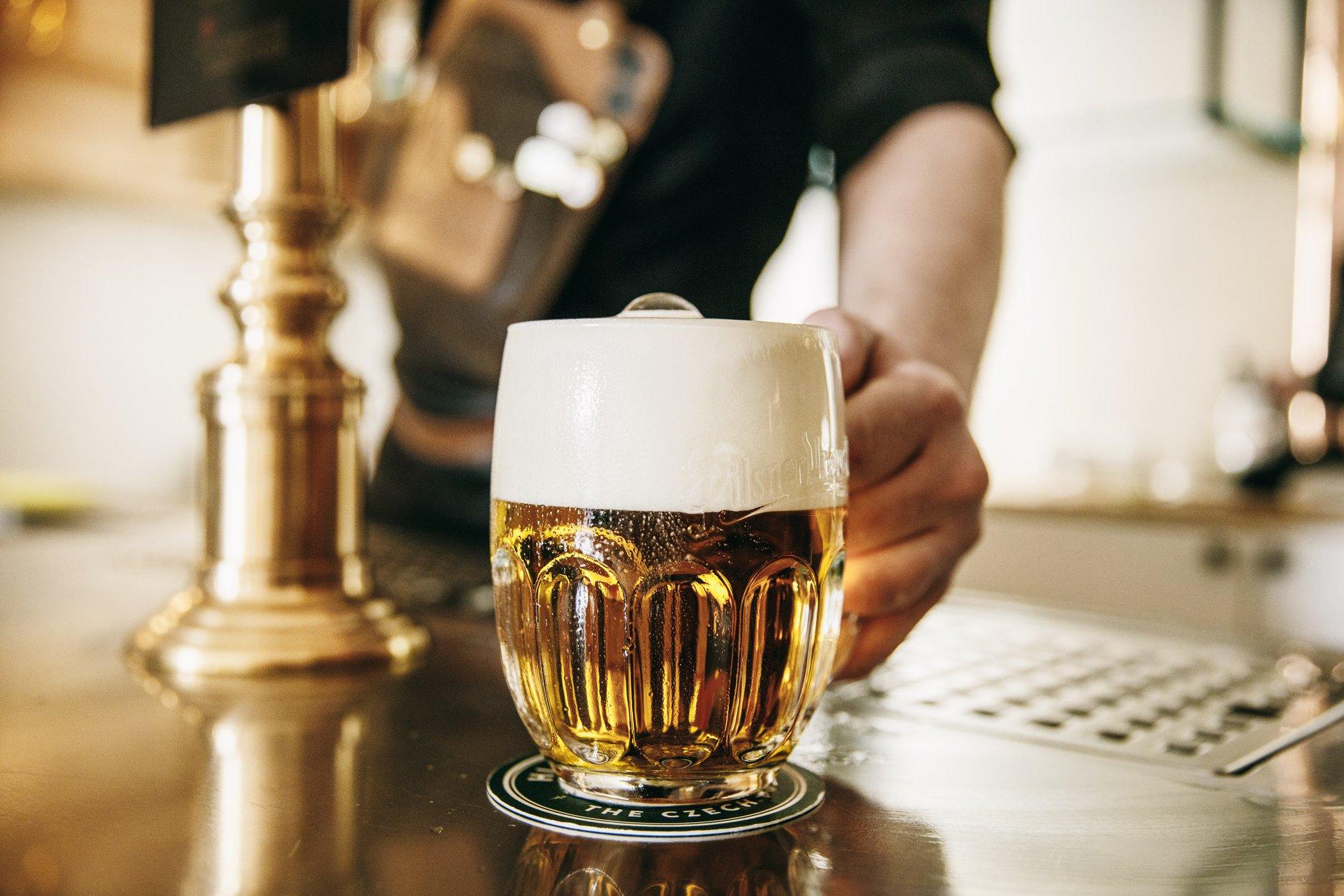 Pivo je lék, který má 4,2 stupně. Proto mají v Lékárně nejlepší plzeň v Plzni