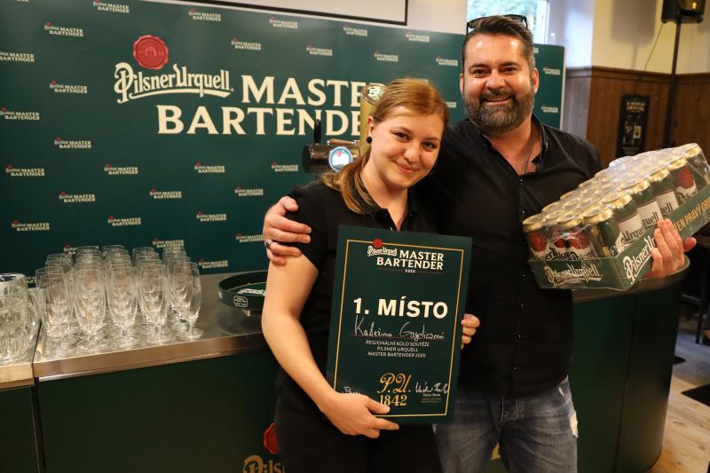Martin Pačes a Kateřina Gaydiczová jsou nejlepšími výčepními z Prahy. Postupují do národního finále soutěže Pilsner Urquell Master Bartender