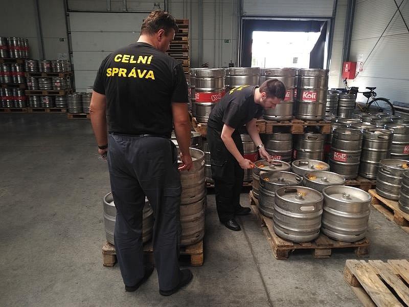pivovari-pivovary-novinky-pivovar-nymburk-pivo-vylil-pod-dohledem-celniku-do-kanalu