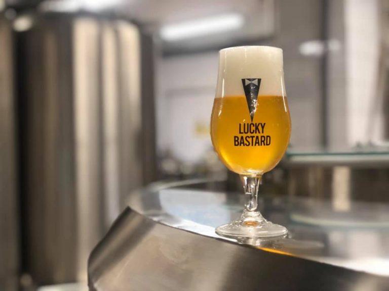 """""""Covid nás nakopl k efektivnosti,"""" říká spolumajitel pivovaru Lucky Bastard. Teď chce vyrábět pivní kosmetiku"""