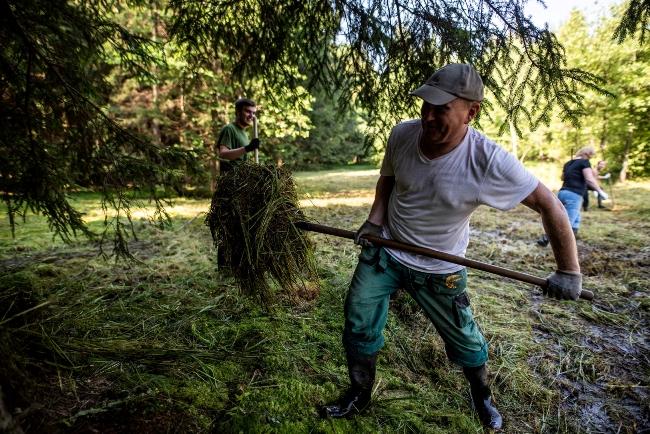 Dobrovolníci pomohli uklidit cenný mokřad v Beskydech