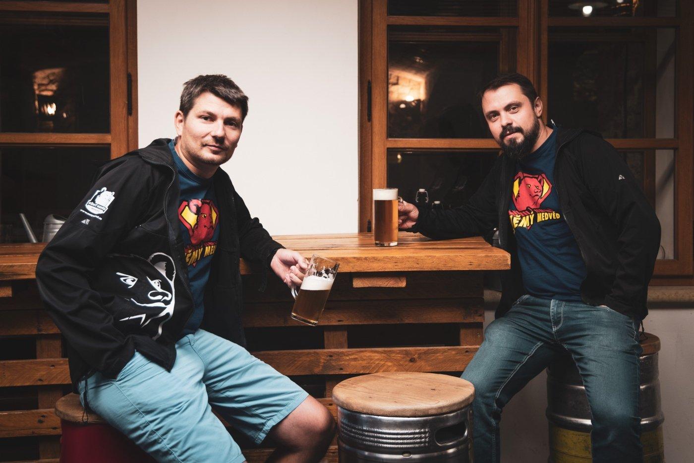 Němý medvěd pivo díky podpoře zákazníků vylévat nemusí