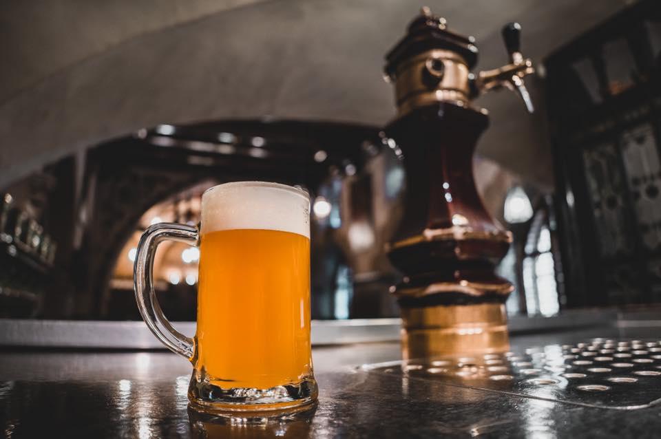 pivovari-pivovary-pivni-akce-narazeni-svetleho-piva-u-fleku