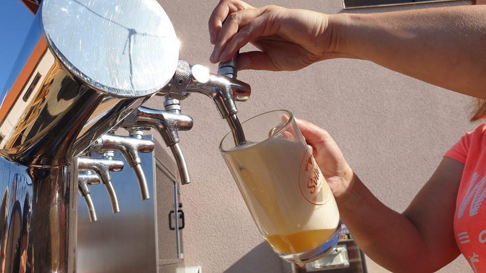 Za pandemie otevřeli na Vlašimsku minipivovar. Aby pivo dostali k lidem, koupili manželé pojízdný výčep